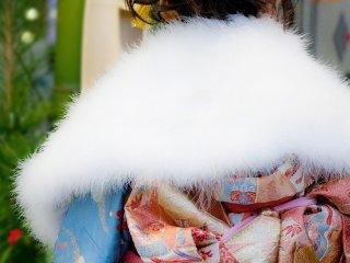 成人式の振袖に欠かせない白いフェザーのショール